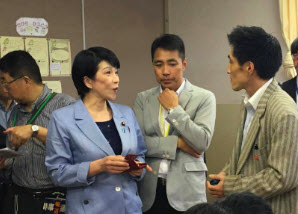 EnglishCentral's General Manager for Japan, Hiro Matsumura, explains the EnglsihCentral program to the Minister of Internal Affairs & Communications at a Tokyo Elementary School.